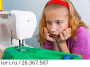 Девочка подросток огорчается своей ошибке при шитье на машинке. Стоковое фото, фотограф Круглов Олег / Фотобанк Лори