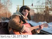 Guy On Railway Tracks In Winter Playing Guitar. Стоковое фото, фотограф Светлана Сухорукова / Фотобанк Лори