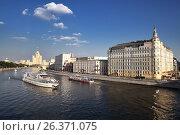 Купить «Прогулка на пассажирских прогулочных теплоходах по Москва-реке», фото № 26371075, снято 9 августа 2013 г. (c) Александр Гаценко / Фотобанк Лори
