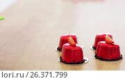Купить «chef decorating mirror glaze cakes at pastry shop», видеоролик № 26371799, снято 23 июля 2019 г. (c) Syda Productions / Фотобанк Лори