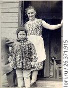Купить «1964 год, на прогулку, город Петрозаводск», фото № 26371915, снято 5 апреля 2020 г. (c) Сергей Костин / Фотобанк Лори