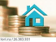 Купить «Синий домик на фоне столбиков из монет», фото № 26383931, снято 12 февраля 2016 г. (c) Сергеев Валерий / Фотобанк Лори