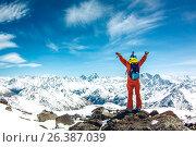 Счастливый сноубордист на фоне заснеженных гор. Стоковое фото, фотограф Юрий Коваль / Фотобанк Лори