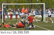 Танцевальная группа изображает атаку регби в танце на церемонии открытия Кубка европейских чемпионов по регби-7, видеоролик № 26390595, снято 27 мая 2017 г. (c) Stockphoto / Фотобанк Лори