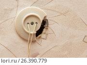 Старая сломанная розетка с торчащими из нее проводами. Стоковое фото, фотограф Юлия Юриева / Фотобанк Лори