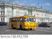 Купить «Желтый городской автобус ЛиАЗ-677 на фоне Зимнего дворца. Парад ретротранспорта в Санкт-Петербурге», фото № 26412159, снято 21 мая 2017 г. (c) Виктор Карасев / Фотобанк Лори