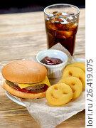 Гамбургер с картофельными смайликами, соусом и кока-кола. Стоковое фото, фотограф Ольга Галахова / Фотобанк Лори