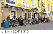 Купить «Летнее кафе на улице Забелина в Москве», эксклюзивное фото № 26419515, снято 27 мая 2017 г. (c) Виктор Тараканов / Фотобанк Лори