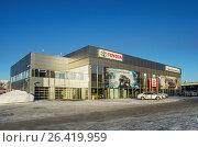 Здание автосалона Toyota в городе Нижний Тагил. Россия (2016 год). Редакционное фото, фотограф Сергей Завьялов / Фотобанк Лори