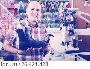 Specialist fixing heel taps. Стоковое фото, фотограф Яков Филимонов / Фотобанк Лори