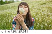 Купить «Smiling Woman Blow on a Dandelion», видеоролик № 26429611, снято 24 мая 2017 г. (c) Илья Шаматура / Фотобанк Лори