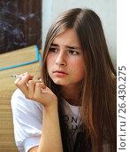 Купить «Девочка курит сигарету», фото № 26430275, снято 28 июля 2013 г. (c) Сергей Юрьев / Фотобанк Лори