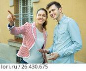 Traveller asking woman direction. Стоковое фото, фотограф Яков Филимонов / Фотобанк Лори