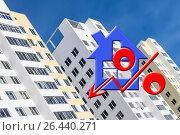Купить «Красный знак процента на фоне жилого дома», фото № 26440271, снято 24 апреля 2016 г. (c) Сергеев Валерий / Фотобанк Лори