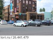 """Купить «Бизнес-центр """"Уолл Стрит"""" с парковкой автомобилей на улице Папина в Липецке», фото № 26441479, снято 31 мая 2017 г. (c) Евгений Будюкин / Фотобанк Лори"""