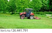 Купить «Покос паркового газона двумя тракторами Беларус. Город Москва.», видеоролик № 26441791, снято 30 мая 2017 г. (c) Антон Вербило / Фотобанк Лори