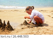 Купить «Маленькая девочка на пляже», фото № 26448503, снято 23 мая 2017 г. (c) Морозова Татьяна / Фотобанк Лори