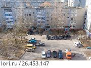 Купить «Парковка автомашин во дворе пятиэтажного дома», фото № 26453147, снято 16 марта 2014 г. (c) Терешко Сергей / Фотобанк Лори