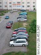 Купить «Парковка личного автотранспорта во дворе», фото № 26453347, снято 2 июня 2017 г. (c) Терешко Сергей / Фотобанк Лори