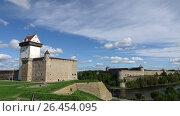 Купить «Time lapse,fortress Narva and Ivangorod Fortress on the border of Estonia and Russia», видеоролик № 26454095, снято 3 июня 2009 г. (c) Куликов Константин / Фотобанк Лори