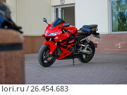 Купить «KRASNOYARSK, RUSSIA - MAY 27, 2017: Red and black sportbike Honda CBR 600 RR 2005 PC37», фото № 26454683, снято 27 мая 2017 г. (c) Виктория Кузьменкова / Фотобанк Лори