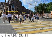 Купить «Люди переходят дорогу по пешеходному переходу. Большая Грузинская улица. Главный вход Московского зоопарка», эксклюзивное фото № 26455491, снято 10 августа 2016 г. (c) lana1501 / Фотобанк Лори