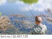Купить «Рыбак ловит рыбу на мормышку», эксклюзивное фото № 26457135, снято 30 апреля 2012 г. (c) Алёшина Оксана / Фотобанк Лори