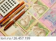 Купить «Калькулятор,карандаш и две авторучки лежат на купюрах номиналом пятьсот и двести гривен», фото № 26457199, снято 22 августа 2019 г. (c) Игорь Кутателадзе / Фотобанк Лори