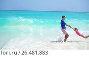 Купить «Little girl and happy dad having fun during beach vacation», видеоролик № 26481883, снято 29 мая 2017 г. (c) Дмитрий Травников / Фотобанк Лори