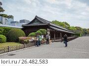 Здание Hyakunin-bansho для караула, охраняющего крепостные ворота Императорского дворца в Восточном парке. Токио, Япония (2013 год). Редакционное фото, фотограф Кекяляйнен Андрей / Фотобанк Лори