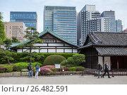 Туристы возле здания караула Hyakunin-bansho Guardhouse. Императорский дворец, Восточный парк. Токио, Япония (2013 год). Редакционное фото, фотограф Кекяляйнен Андрей / Фотобанк Лори