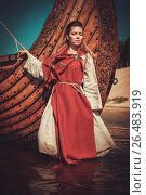 Купить «Viking woman in traditional clothes near drakkar», фото № 26483919, снято 22 июля 2018 г. (c) Andrejs Pidjass / Фотобанк Лори