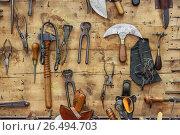 Купить «Кожевенная мастерская. Инструменты», фото № 26494703, снято 27 мая 2017 г. (c) Bala-Kate / Фотобанк Лори