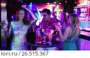 Купить «Portrait of smiling females and males having fun in the bar», видеоролик № 26515367, снято 4 мая 2017 г. (c) Яков Филимонов / Фотобанк Лори