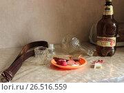 Купить «Натюрморт: бутылка пива, графин из-под водки, закуска, ремень», фото № 26516559, снято 11 июня 2017 г. (c) Евгений Будюкин / Фотобанк Лори