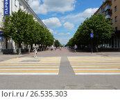 Купить «Пешеходный переход на пересечении бульвара Радищева с Трехсвятской улицей в Твери», эксклюзивное фото № 26535303, снято 12 июня 2017 г. (c) lana1501 / Фотобанк Лори