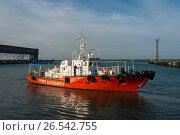 Купить «Краснодарский край, Туапсе, катер морской инспекции в акватории порта», фото № 26542755, снято 21 января 2019 г. (c) glokaya_kuzdra / Фотобанк Лори