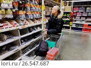 Купить «Мужчина в строительном гипермаркете», эксклюзивное фото № 26547687, снято 13 февраля 2017 г. (c) Елена Коромыслова / Фотобанк Лори