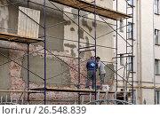 Купить «Ремонт фасада жилого дома. Москва», эксклюзивное фото № 26548839, снято 17 июня 2017 г. (c) Илюхина Наталья / Фотобанк Лори