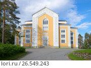 Купить «Самая большая в мире деревянная церковь крупным планом июньским вечером. Керимяки, Финляндия», фото № 26549243, снято 17 июня 2017 г. (c) Виктор Карасев / Фотобанк Лори