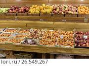 Купить «Прилавки со свежими овощами и фруктами», эксклюзивное фото № 26549267, снято 17 июня 2017 г. (c) Юрий Морозов / Фотобанк Лори