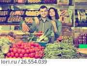 Купить «Adult couple examining various vegetables», фото № 26554039, снято 18 марта 2017 г. (c) Яков Филимонов / Фотобанк Лори