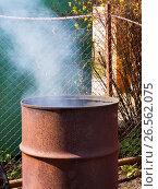 Купить «Старая бочка, приспособленная для сжигания отходов на дачном участке», фото № 26562075, снято 26 апреля 2017 г. (c) Вячеслав Палес / Фотобанк Лори
