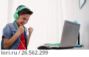 Купить «boy in headphones playing video game on laptop», видеоролик № 26562299, снято 23 мая 2019 г. (c) Syda Productions / Фотобанк Лори