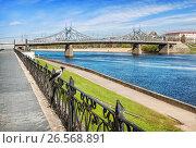 Купить «Тверь. Староволжский мост. Ворона на набережной. Crow on the fence», фото № 26568891, снято 6 мая 2017 г. (c) Baturina Yuliya / Фотобанк Лори