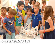 """SOCHI, RUSSIA - June 24, 2017: The team of junior schoolchildren discusses the stage of designing a robot in an open lesson of the All-Russian Educational Center """"Sirius"""" in Sochi. Редакционное фото, фотограф Анна Мартынова / Фотобанк Лори"""