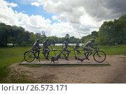 Купить «Скульптура семья велосипедистов в парке Покровское-Стрешнево. Москва», фото № 26573171, снято 23 июня 2017 г. (c) Татьяна Белова / Фотобанк Лори