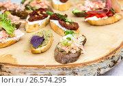 Sandwich with shrimps and fresh vegetables on wooden board, фото № 26574295, снято 21 июля 2017 г. (c) FotograFF / Фотобанк Лори