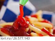 Купить «Ketchup falling on french fries», фото № 26577143, снято 10 февраля 2017 г. (c) Wavebreak Media / Фотобанк Лори
