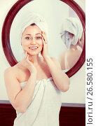 Купить «Woman came from the shower and standing next to the mirror», фото № 26580155, снято 17 июля 2018 г. (c) Яков Филимонов / Фотобанк Лори